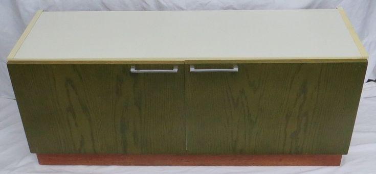 Retro TV-kastje met groene deuren