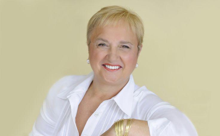 """Lidia Bastianich éuno dei nostri migliori """"prodotti di esportazione"""", che incarna i valori più nobili dell'Italianità: un'imprenditoria fatta di spirito di sacrificio e di tenacia, di talento e di lavoro sodo, di coerenza e di rispetto di un ruolo, quello di ambasciatrice sul campo della cucina italiana negli U.S.A., da lei rivestito sempre con grande …"""