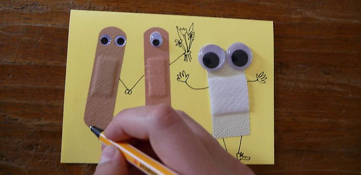 Wer braucht für kranke liebe Menschen Gute-Besserungskarten? Für kleine und große Patienten zeigen wir euch heute, wie das geht! Also unser Patient in der Familie, der übers Wochenende im Krankenhaus lag, hat sich sehr darüber gefreut!!! Ihr braucht dazu etwas Karton oder dickes Papier, Pflaster, Glubschaugen bzw. Wackelaugen, Kleber und einen Stift. Übrigens, Wackelaugen könnt …