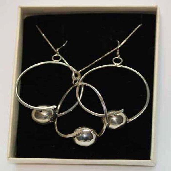Conjunto collar y pendientes con perlas blancas
