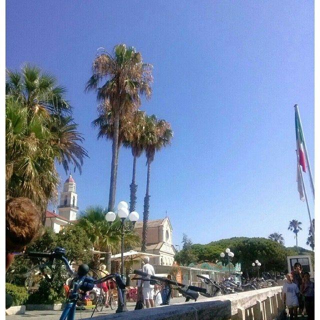 Il cielo blu di #dianomarina #senzafiltri è bellissimo www.hotelmorchio.com