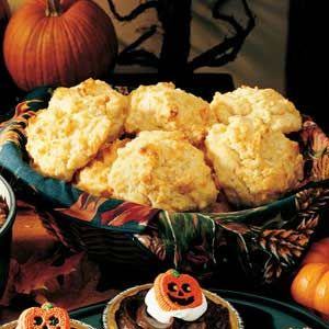 Cornmeal Cheddar Biscuits-1-1/2 cups all-purpose flour 1/2 cup yellow cornmeal 3 teaspoons baking powder 2 teaspoons sugar 1/4 to 1/2 teaspoon salt 1/2 cup cold butter 1/2 cup shredded cheddar cheese 1 cup milk