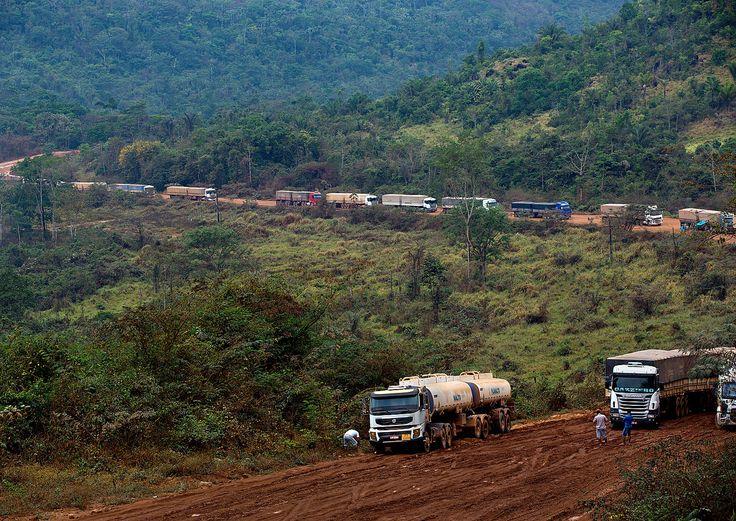 Em 1999, quando o governo FHC planejou pavimentar a BR-163, temia-se um salto nas taxas de desmatamento (80% dele ocorre ao longo de rodovias amazônicas). Se 30 km fossem derrubados de cada lado da estrada, só a Cuiabá-Santarém redundaria em 60 mil km² de corte raso, ou três Estados de Sergipe.