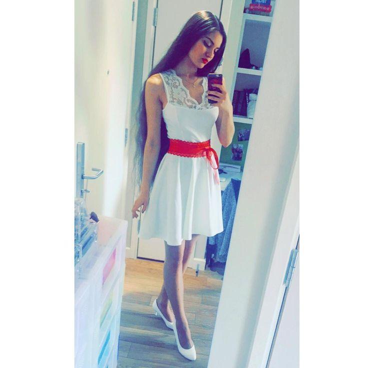 Белое платье, белые туфли, красный пояс на талии крутит💃🏻🎶🎶 #uk #whitedress #redlips #outfit #london