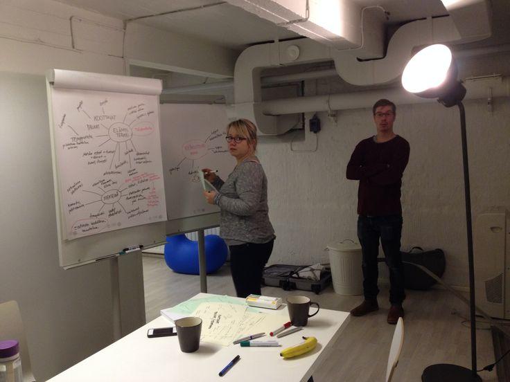 Laura, Jussi ja Yodo ideoivat miten saadaan Oulunkaaren kuntayhtymän vanhuspalveluyksiköiden asukkaille hyvää ja onnellista elämää!