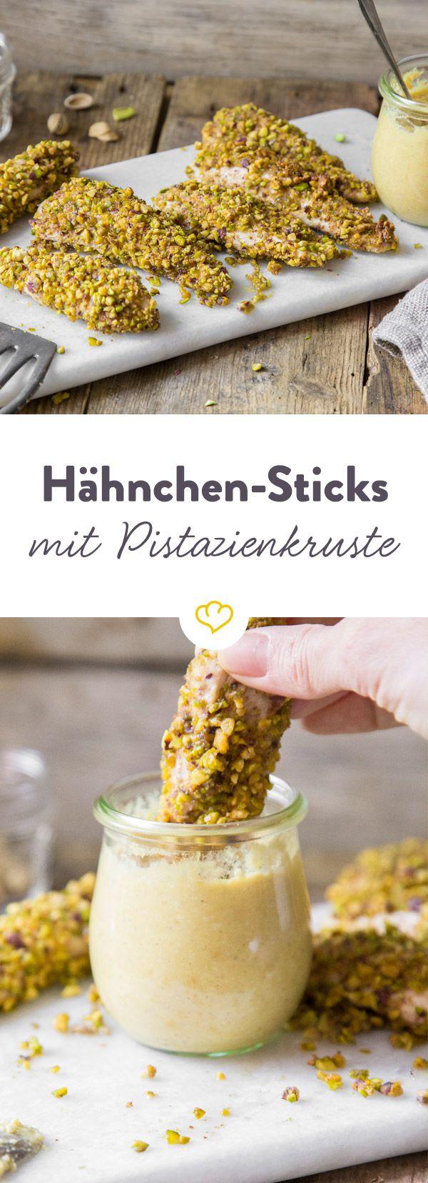 Diese Sticks aus zarten Hähnchen verdienen nur das Beste. Deshalb bekommen sie eine Kruste aus gehackten Pistazien und frischen Hummus zum Dippen.
