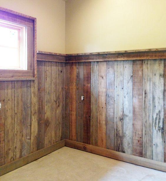 Sous-sol aménagé à l'aide de bardage bois en réemploi, accolé sans joints, laissant s'effectuer les échanges du mur ancien humide.