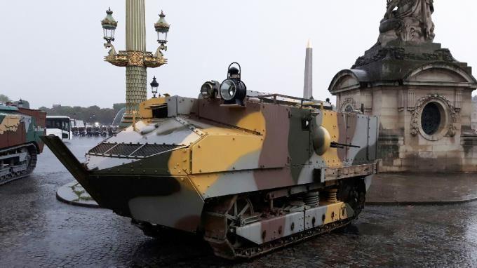 Des chars, des canons et des camions ayant servi en 1917 pendant la Première Guerre mondiale vont défiler pour le 14-Juillet sur les Champs-Élysées à Paris. franceinfo a pu monter à bord du premier char d'assaut de l'armée française.