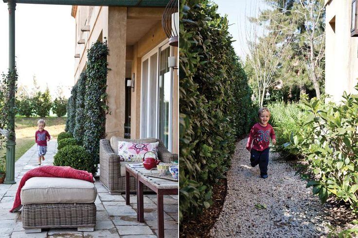 En el living exterior, bajo una pérgola de hierro, muebles de ratán (Restoration Hardware) con almohadones de Angelina. El paisajismo es obra de Clara Billoch..