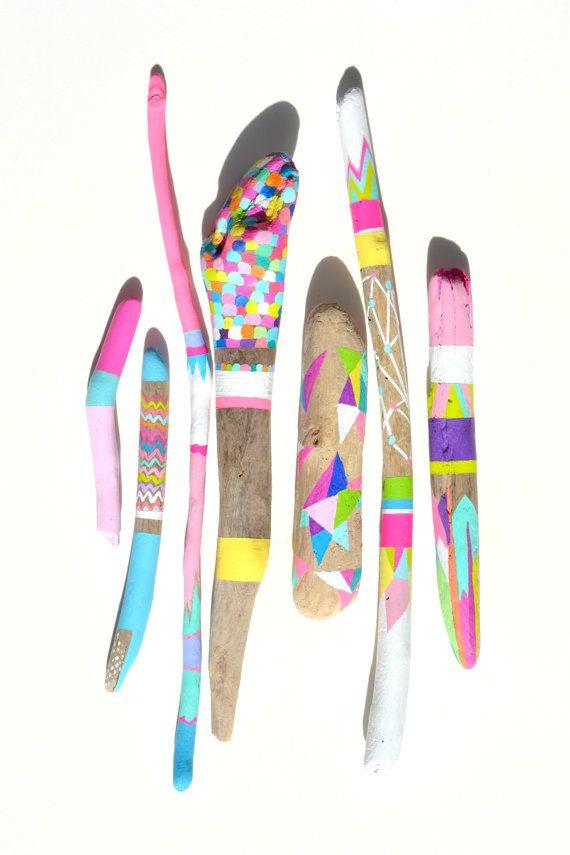 Peint des bâtons - 7 pièce Art Collection - peinte de bois flotté, Neon, brillant, coloré - motif de rayures, Chevron, géométrique, formes - plume