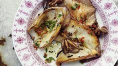 Una salsa piccante a base di succo di limone, peperoncino, zenzero, erbe e aglio accompagna i calamari alla griglia.