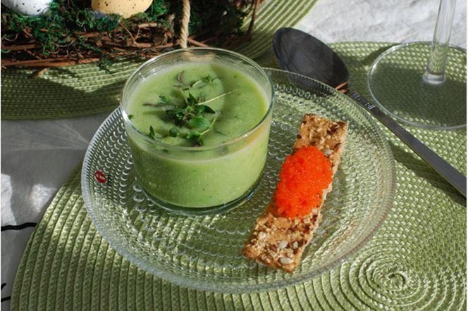 Grön ärtsoppa med vegetariska romsticks - En soppa som framkallar vårkänslor med sin vackra gröna färg. Snabb och enkel att tillaga, men ändå väldigt smakrik. De knapriga knäckesticksen som toppas med vegetarisk rom är ett trevligt tillbehör.