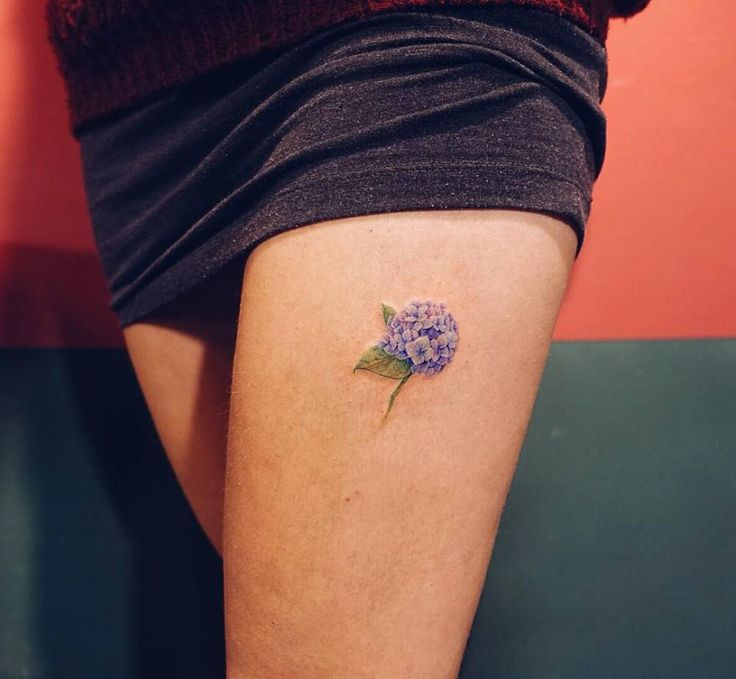 Small hydrangea tattoo on the left thigh.