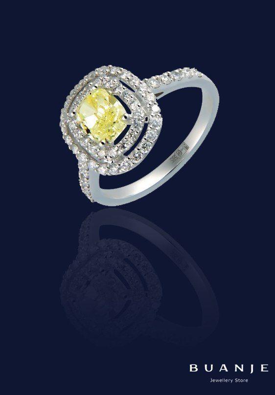 А вы знали, что желтый бриллиант олицетворяет благополучие и успех, наделяет своего владельца даром убеждать? Даже если и не знали, можете быть уверены: женщина, на руке которой влажно мерцает лимонно-желтый бриллиант природного происхождения в обрамлении нестерпимого блеска белых бриллиантов, сможет убедить вас в чем угодно. Этот внутренний свет, солнечность, жизнерадостность, жажда жизни, идущая от камня, передаются его обладательнице, а изящество нежных пальцев, подчеркнутых холодным…