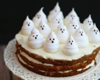 Gâteau d'Halloween à la carotte, cream cheese et meringues fantômes : http://www.fourchette-et-bikini.fr/recettes/recettes-minceur/gateau-dhalloween-la-carotte-cream-cheese-et-meringues-fantomes.html
