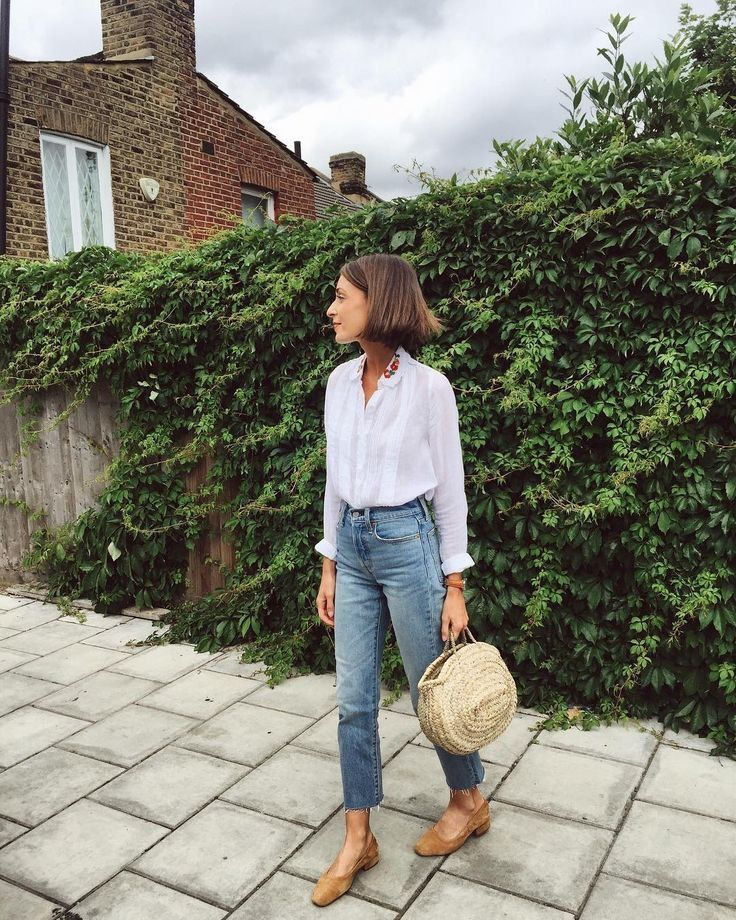 easy summer style with a white blouse, jeans and bag