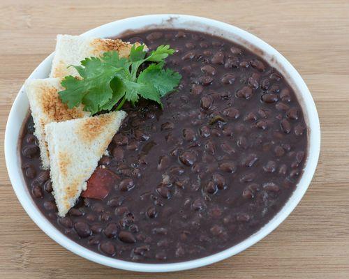 Σούπα με μαύρα φασόλια μαγειρεμένα με καφέ
