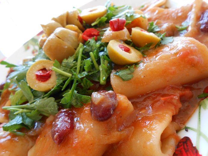 Πικάντικα ζυμαρικά με τη σάλτσα τους σε ένα σκεύος - http://www.zannetcooks.com/recipe/pikantikazimarikaseenaskevos/