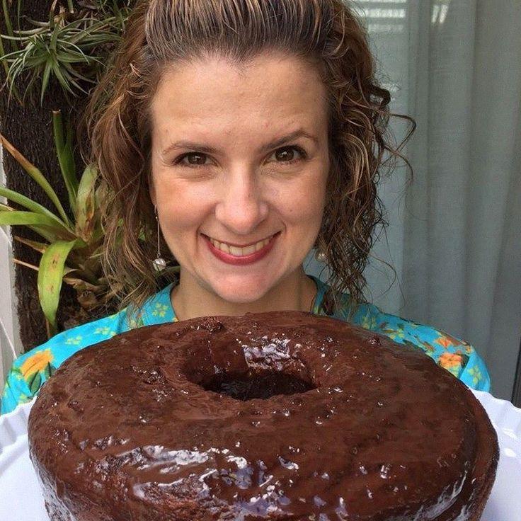 O último bolo que postei aqui fez sucesso... Então hoje tem receita da Mica! Bolo de Amêndoas e Chocolate: - 250 g. de amêndoas sem casca e moídas (como uma farinha de amêndoas) - 250 g. de açúcar - 250 g. de manteiga - 500 g. de chocolate amargo - 8 ovos - Baunilha Instruções: - Derreter o chocolate com a manteiga e reservar. - Separar as gemas das claras e batê-las (as gemas) com açúcar até o ponto de fita (Sabe quando a gente levanta a batedeira e a melequinha que cai vai fazendo uma…