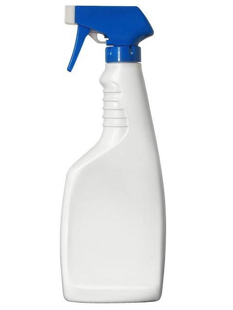 PARA O AMBIENTE: 1 LITRO DE ÁGUA + 1/2 COPO VINAGRE DE ÁLCOOL + 1 COL. SOPA BICARBONATO SÓDIO + 1/4 COPO DE ÁLCOOL + 1 COL. SOPA AMACIANTE. Dica: como o vinagre e o bicarbonato efervescem usados juntos, procure fazer a mistura num recipiente grande para depois colocar no frasco menor e na seguinte ordem: água álcool bicarbonato vinagre amaciante Borrife sobre tecidos em geral: sofás, almofadas, caminhas de cachorro, cortinas, travesseiros, cobertores, roupas...