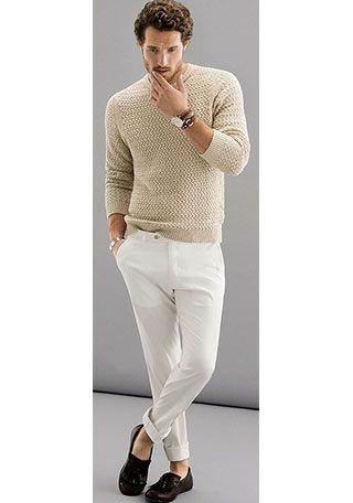 【50代男性】ベージュセーター×白パンツの着こなし(メンズ) | Italy Web