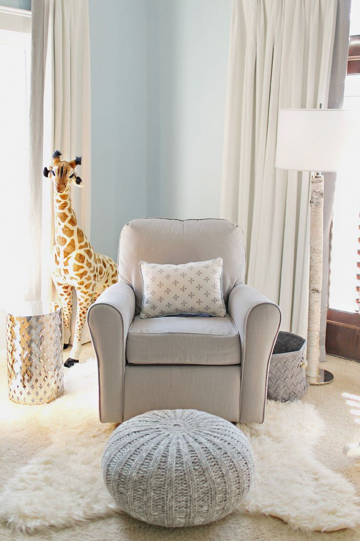 Paredes con color y accesorios neutrales - Gray And White Nursery Love For Gender Neutral Add Pops Of Color Later