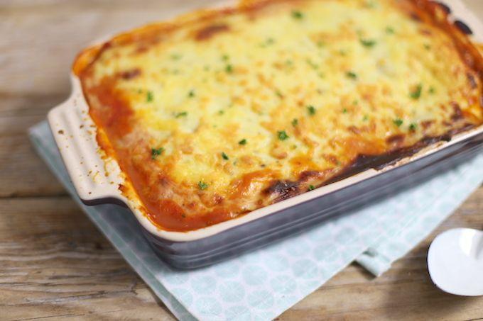 Lasagne kun je ook maken met plakjes aardappel in plaats van lasagnebladen. Maak meteen een lekkere grote ovenschaal aardappellasagne, eet smakelijk!
