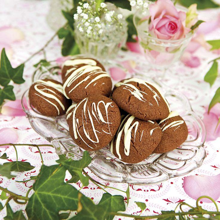 Drömgoda trippelchokokakor med ringlad vit choklad. Foto Thomas Hjertén