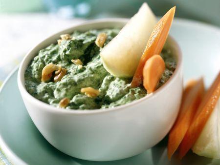 Spinat-Walnuss-Dip zu Rohkost |  http://eatsmarter.de/rezepte/spinat-walnuss-dip-zu-rohkost