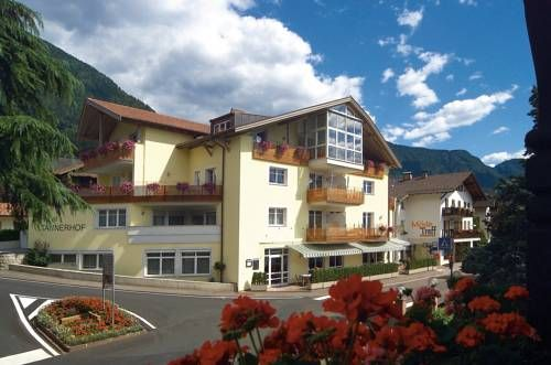 Hotel Tannerhof Schenna Set in Schenna, Hotel Tannerhof offers rooms and apartments with a mountain-view balcony or terrace, 10 minutes' drive from the centre of Meran.