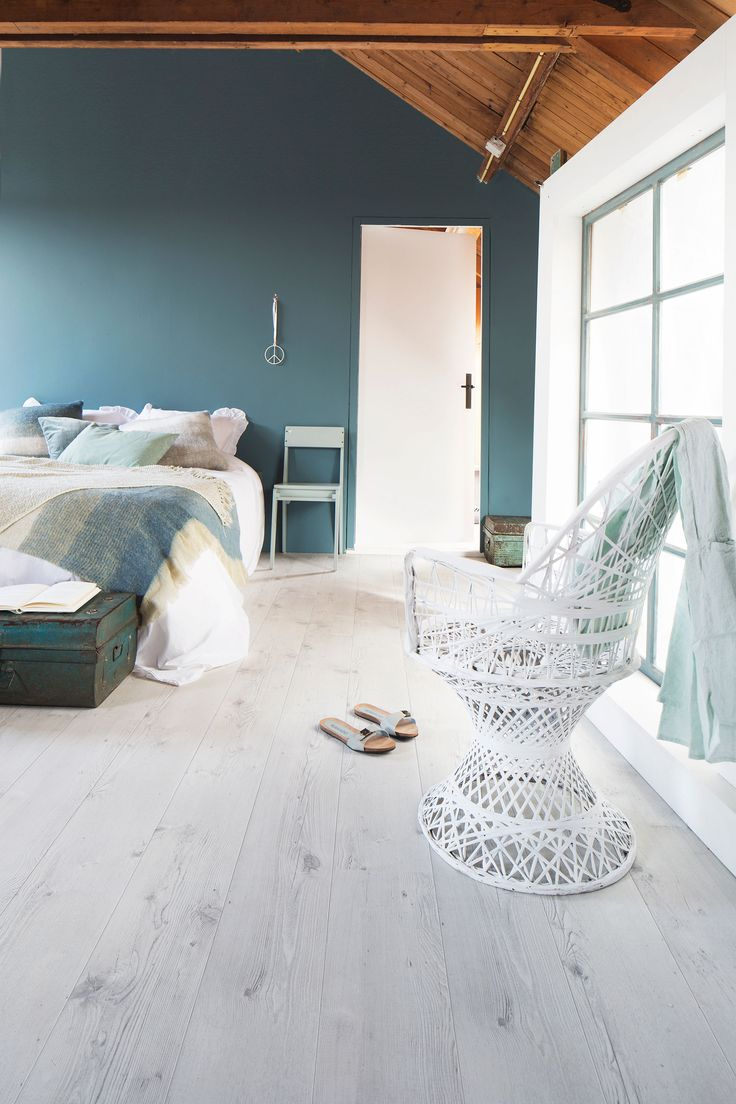 Blue bedroom with white laminate and outstanding white chair. On the bed are also different shades of blue | Photographer Alexander van Berge, Jansje Klazinga | Styling Frans Uyterlinde | vtwonen catalog autumn 2015 | #vtwonencollectie