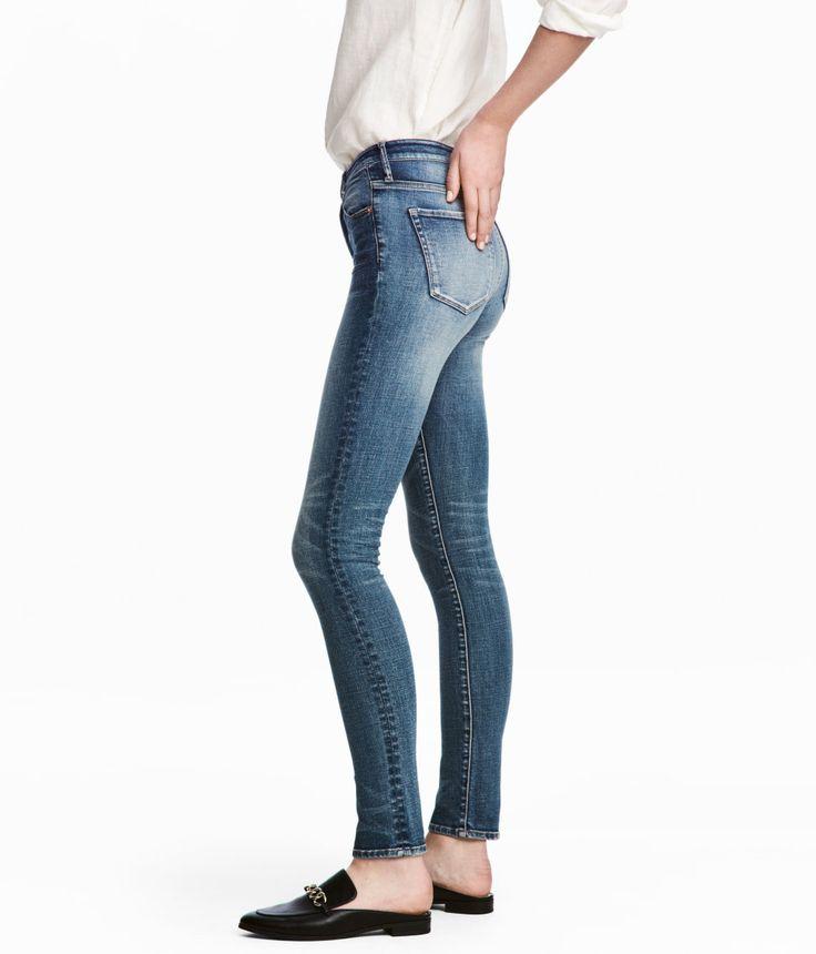 Kolla in det här! Ett par 5-ficksjeans i stretchig, tvättad denim med slitna detaljer. Jeansen har extra smala ben och hög midja. Gylf med dragkedja och knapp. - Besök hm.com för ännu fler favoriter.