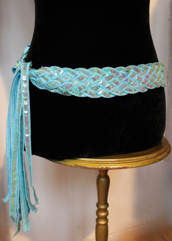 Gevlochten riem / ceintuur met pailletten versiering LICHT BLAUW - Sequinned braided belt LIGHT BLUE | Ceintuurs - Riemen - Ceintures | buikdanswinkel-webshop