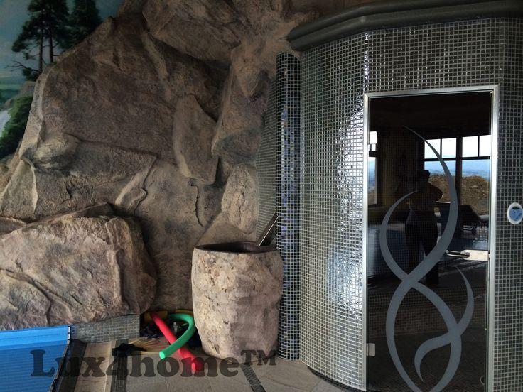 Stojąca umywalka z kamienia. Tutaj na basenie dopasowana do tła. Wnętrze basenu na Podhalu, stąd nawiązanie do skał i gór...