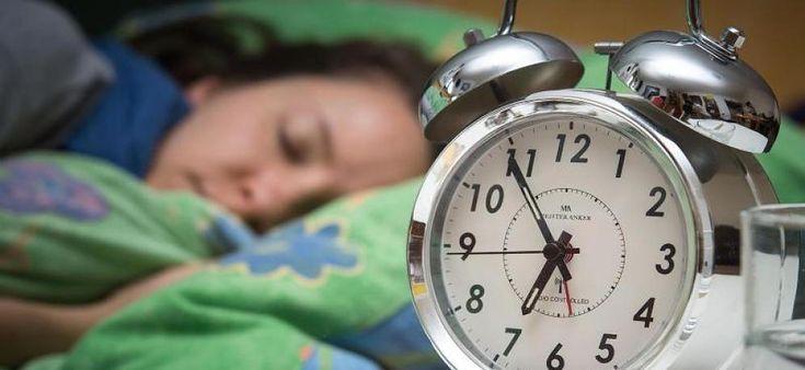 Erschreckendes Ergebnis Forscher finden heraus: 6 Stunden Schlaf sind so schlimm, wie gar nicht schlafen Eine Untersuchung der Universitäten Harvard, Pennsylvania und Philadelphia zeigt, welche Auswirkungen die Anzahl der Stunden Schlaf pro Nacht auf den Menschen haben. Das Ergebnis ist erschreckend: Probanden, die sechs Stunden schliefen, schnitten bei Testfragen im Labor schon nach zehn Tagen genauso schlecht...