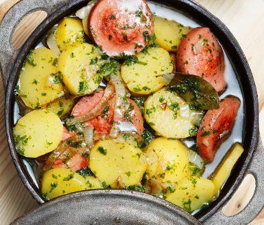 Denna sjömanskorv är en mustig gryta med klassiska husmanskostingredienser. Potatis, falukorv, lök och persilja lagas enkelt ihop i en gryta. Serveras med en crème fraiche smaksatt med senap.