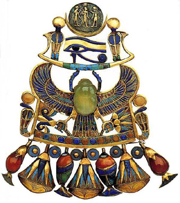 chambre funéraire - pectoral rassemble à lui seul les deux figures les plus représentées sur les bijoux funéraires : le scarabée et le faucon. Ils sont ici rassemblés en un seul animal, le scarabée ailé. le scarabée est en cacidoine verte et symbolise le soleil, il soutient une barque céleste contenant l'oeil gauche d'Horus, emblème de la lune.