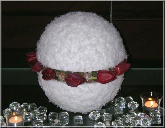 Ipv met bloemen kan deze sneeuwbol ook met versiering of snoep worden gevuld.