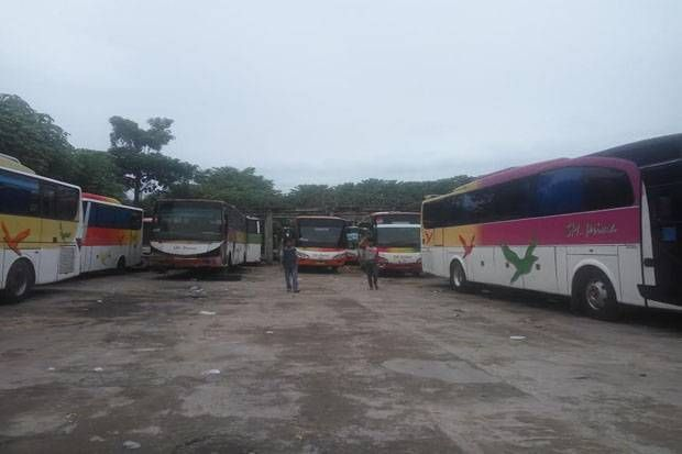 Anomali Transportasi Aksi 212: Larangannya Resmi Pencabutannya Hanya Lisan  SALAM-ONLINE: Aksi Bela Islam III yang akan digelar Jumat (2/12/16) telah menyedot antusiasme kaum Muslimin di berbagai pelosok. Salah satunya dari Lamongan Jawa Timur.  Sejumlah aktivis Islam yang tergabung dalam Gerakan Amar Maruf Nahi Mungkar (GAMAN) Lamongan berencana berangkat menggunakan 10 bus.  Namun karena ada tekanan dari pihak keamanan jumlahnya dipangkas menjadi hanya 3 bus saja. Itu pun tidak mudah bagi…