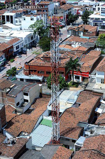 Polémica en Cali: ¿es malo para la salud vivir cerca de una antena de telefonía móvil? Habitantes de Granada dicen que una antena de telefonía móvil afecta su salud. Compañías dicen que no son perjudiciales, instalarán más con la llegada del 4G. ¿Quién tiene la verdad?