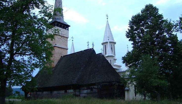 """Biserica de lemn din Remetea Chioarului, cu hramul """"Sfintii Arhangheli Mihail si Gavril"""", judetul Maramures, a fost ridicata in secolul XVIII. Figureaza pe lista monumentelor istorice din Romania. Biserica din lemn de stejar cu hramul """"Sfintii Arhangheli"""" a fost construita probabil in a doua jumatate a sec. al XVIII-lea.La 1900 biserica avea hramul """"Sfantul Nicolae"""". Perioada in care a fost construita aceasta biserica a dat edificii cu planimetrie, elevatii si proportii impunatoare."""