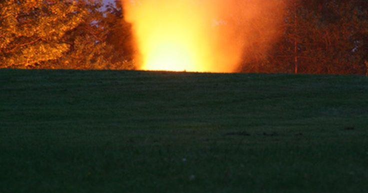 Cómo hacer un volcán de bicarbonato de sodio. Un volcán de bicarbonato de sodio es un proyecto clásico para cualquier feria de ciencia de la escuela primaria. Los niños adoran ver la erupción de la espuma, y también suele ser divertido para los adultos. Como el bicarbonato de sodio es una sustancia base y el vinagre es una sustancia ácida, cuando ambos se mezclan causan una reacción, haciendo ...