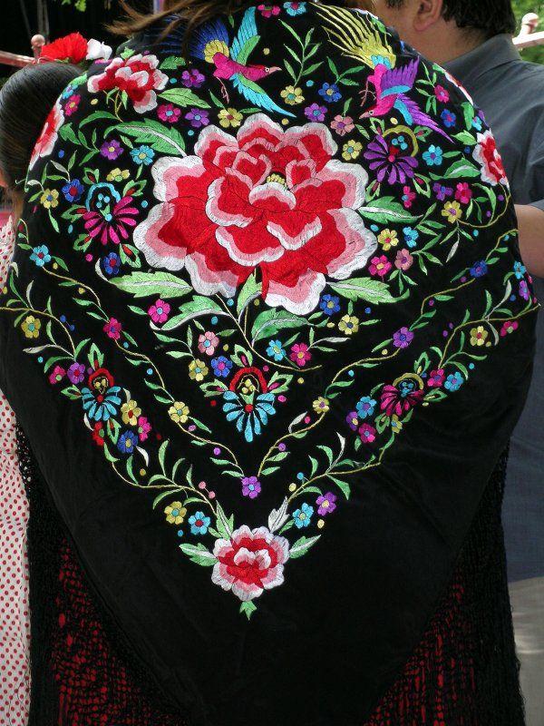 Pañuelo de mil colores perteneciente a los trajes tradicionales de la Vwera. Manton de Manila