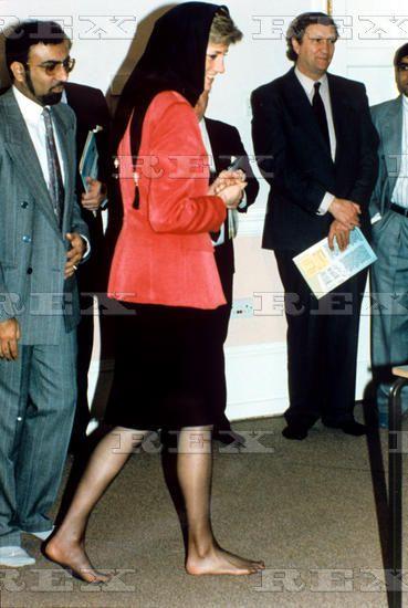 1990-01-24 Diana visits the Hussaini Shia Islamic Centre in Stanmore