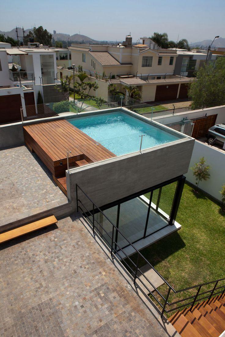 Auf Einem Unkonventionellen Eckgrundstuck In Einem Wohngebiet Der Peruanischen Hauptstadt Terrasse Und Balkon Schmales Haus Ideen Dachterrasse Mit Pool Haus Architektur