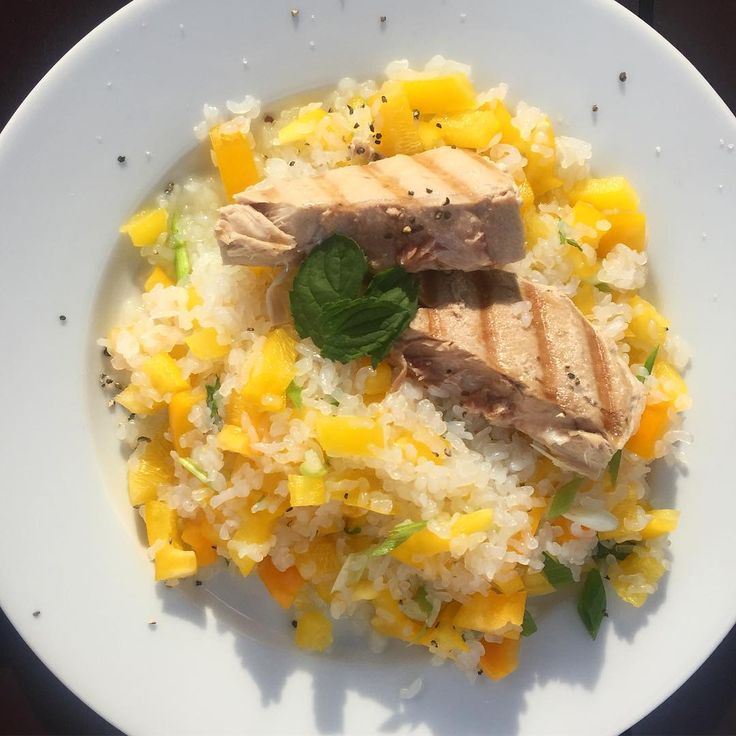 #Dinner  Gegrilltes Thunfischsteak auf @vitanu_nudeln - Reis - Salat mit gelber Paprika, Frühlingszwiebeln, frischer Minze, Zitronensaft, Himalayasalz und Pfeffer /// grilled tuna on conjacrice - salad with yellow peppers, springonions, fresh peppermint, lemonjuice, salt and pepper  #Summer #healthychoices #healthy #lowcarb #nofat #nogluten #swk #teambikafit #21tagearmonia #fitfam #motivation #inspiration #gesund #lecker #changeyourlife #loveyourself #berlin #weightlossjourney…