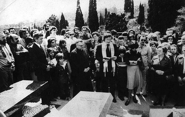 Quando do assassinato do jornalista Vladimir Herzog por agentes do governo, em 1975, comandou na Catedral da Sé um culto ecumênico que, reunindo milhares de pessoas, acabou por se transformar num dos atos públicos mais significativos da luta contra o regime militar instalado 11 anos antes no país.