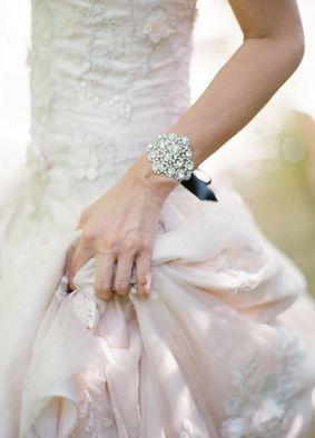 ビジューがきらめくブレスレット♡ ウェディングで花嫁が身につける小物まとめ。