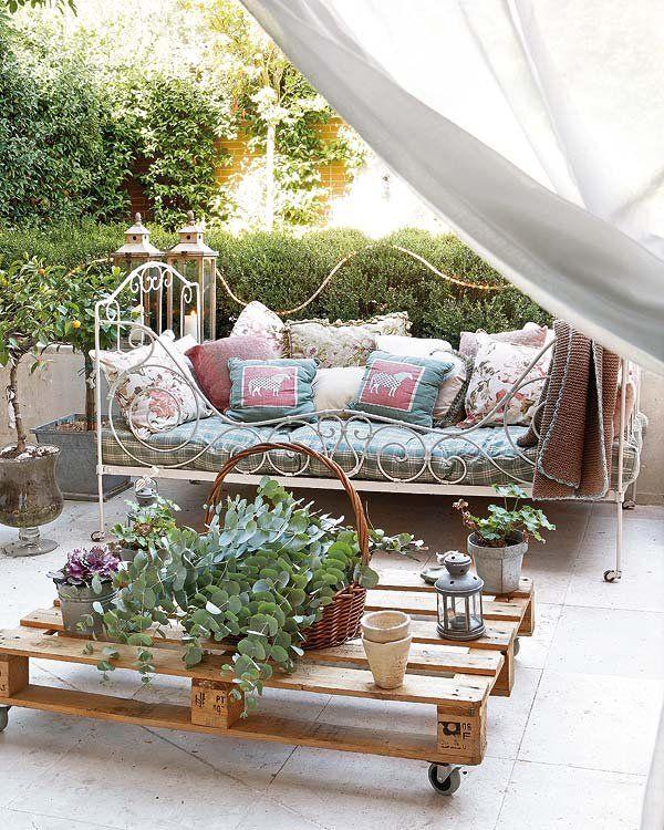 Una antigua cama de forja adquirida en un mercadillo se usa como sofá.