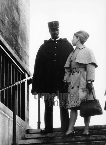 Frau und Polizist in Paris, 1964 leicar6/Timeline Images #Atmosphäre #atmosphärisch #Design #Designkonzept #Farben #Konzept #kreativ #Kreativität #Moodboard #Mood #Stimmung #stimmungsvoll #Thema #Moodboardideen #Moodboarddesign #Paris #Cafe #Kontraste #Touristen #Jacken #Mäntel #60er